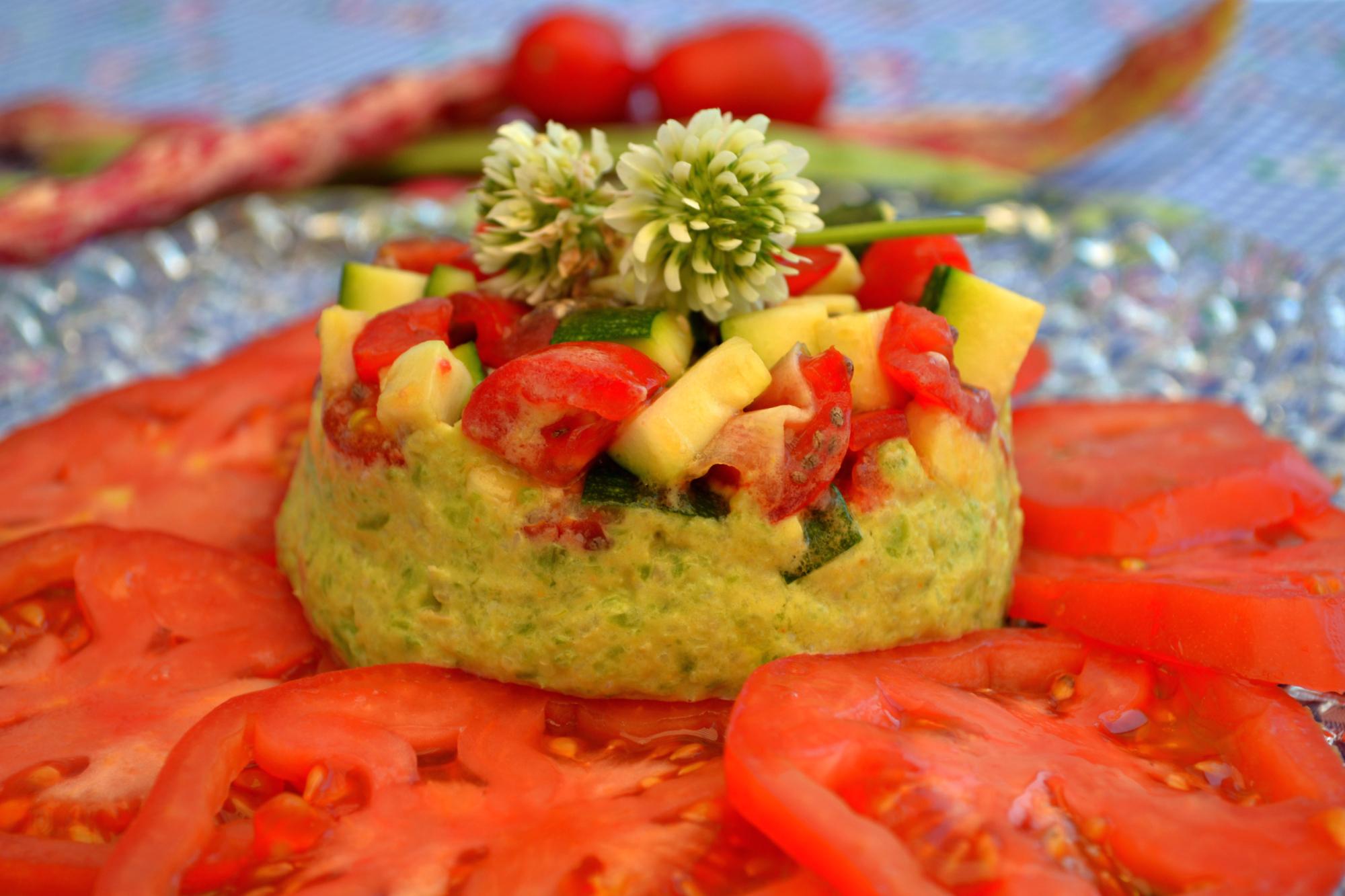 Bohnenmousse-Törtchen auf Tomatensalat