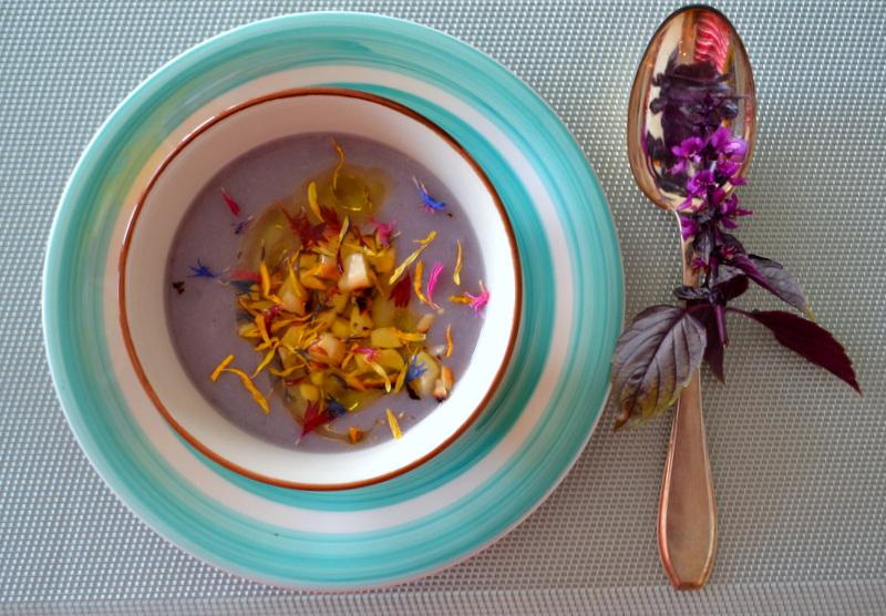 Getrüffelte blaue Kartoffelsuppe mit gerösteten Pekannüssen
