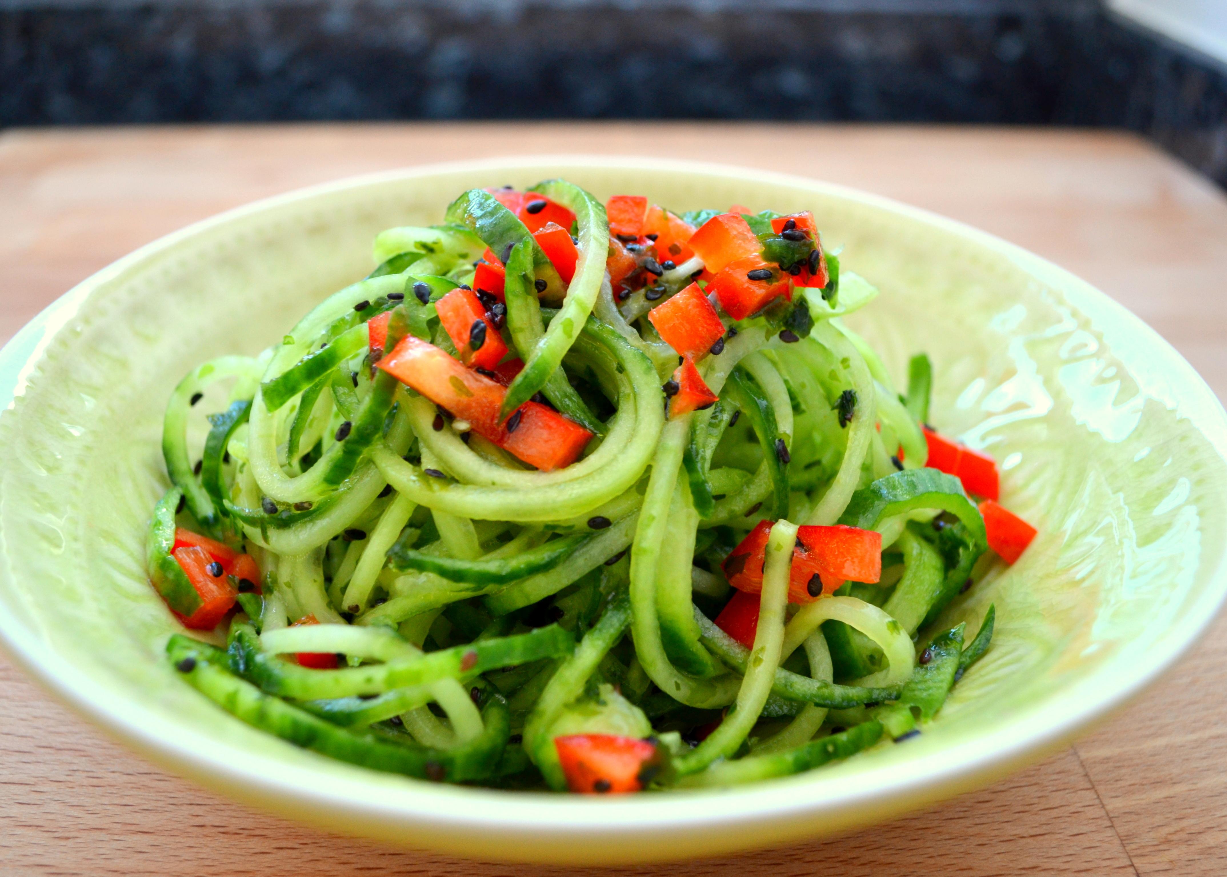 Gurken-Spaghetti-Salat mit Nori Algen und schwarzem Sesam