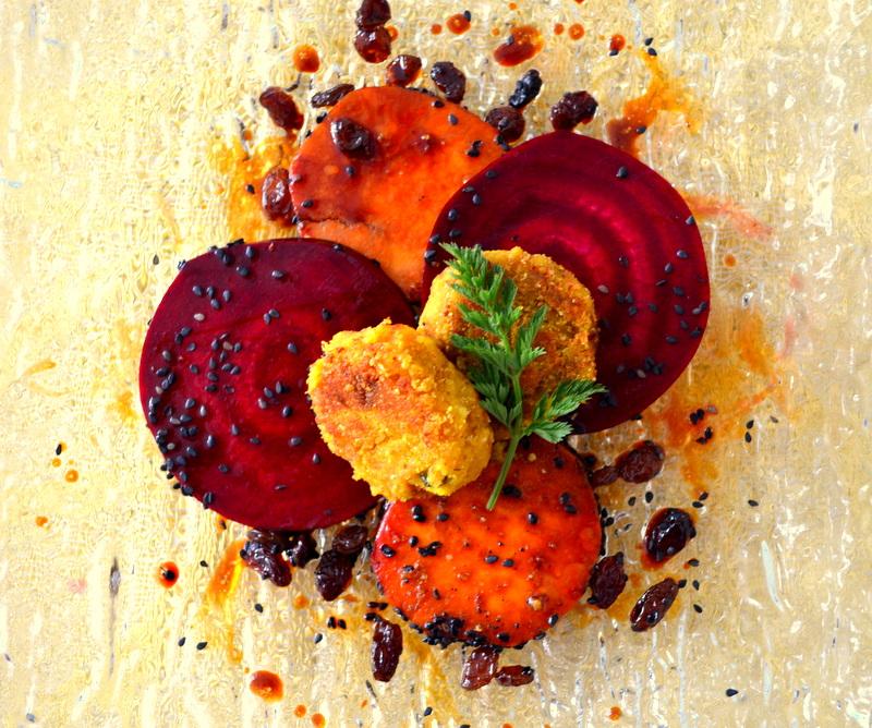 Kichererbsen-Burger auf Rote-Randen und Süsskartoffeln klein