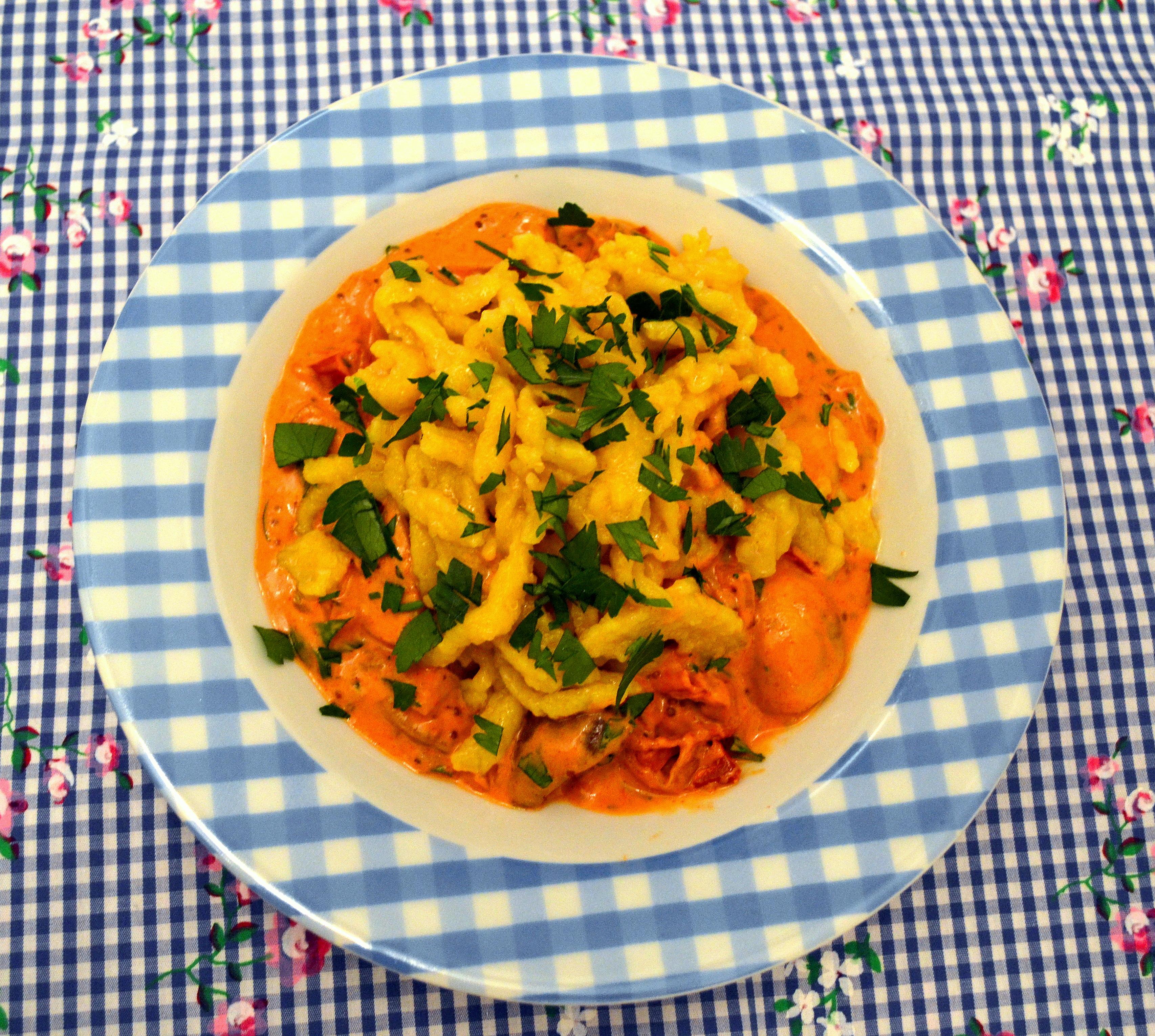 Kurkuma-Spätzle mit Pilz-Gulasch