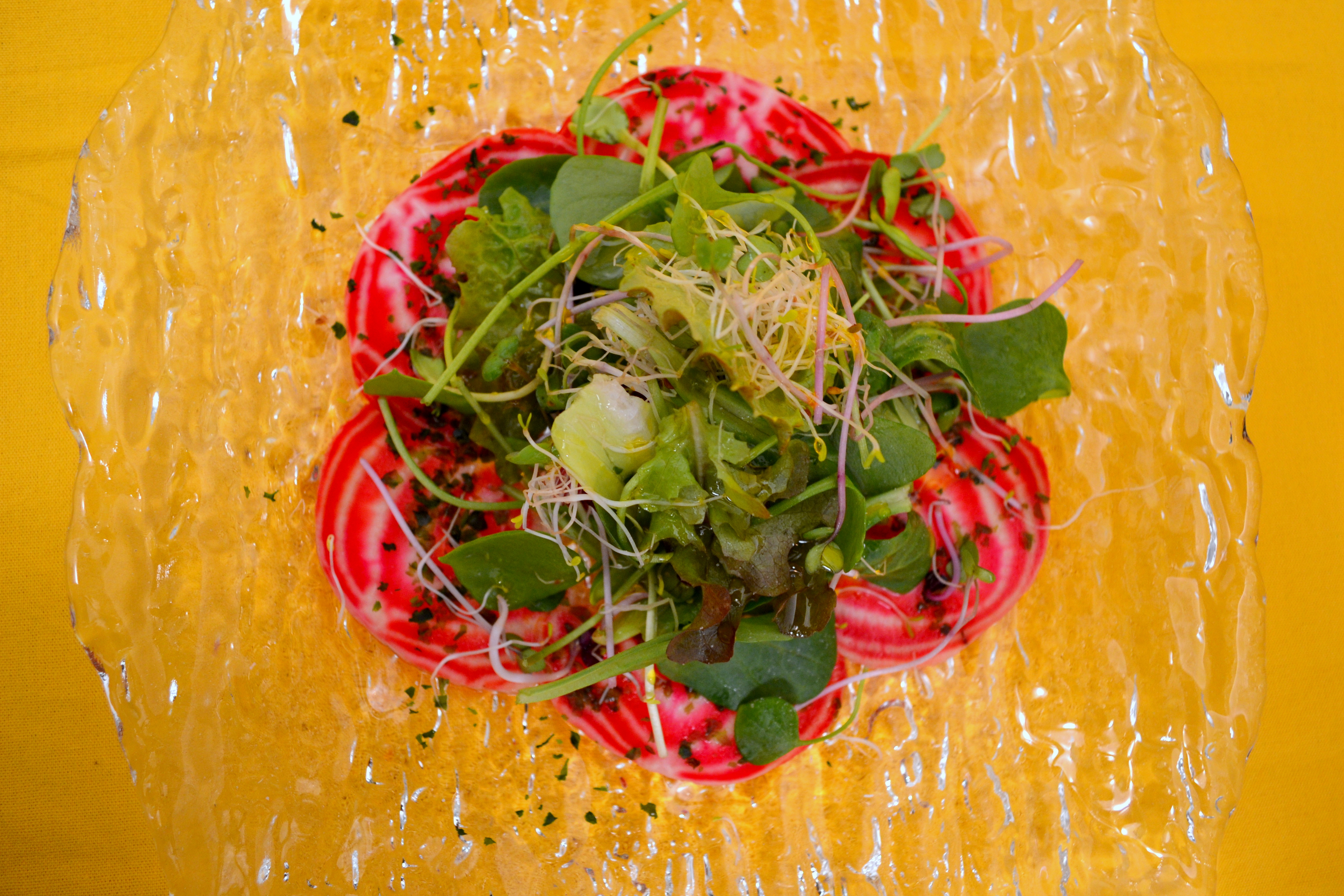 Randen-Carpaccio mit Wildkräutersalat